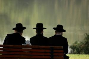 3 חרדים יושבים - תמונת אילוסטרציה