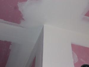 בתמונה רואים כיצד בוצע חיבור אלגנטי בין 3 לוחות גבס (2 קירות ותקרה) והוחלק בעזרת שפכטל.