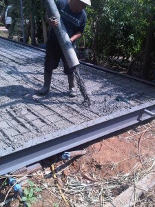 תהליך היציקה - הכנסת הבטון גם למקומות הנידחים ביותר, בין הרשת למסגרת