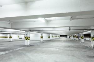 חניון עם רצפת בטון מוחלק, עם סילר וללא אפוקסי. ניתן לראות בקלות את סימני הצמיגים