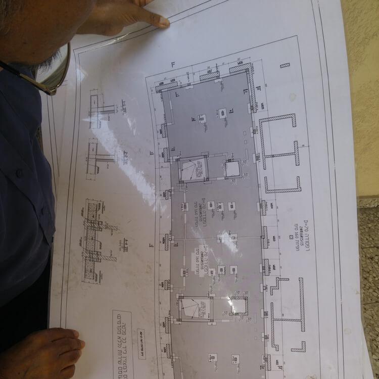 ארכיטקט מביט בתוכנית אדריכלית