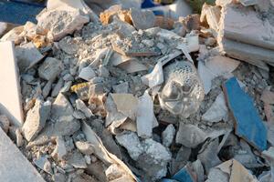 פסולת בניין באתר בניה. הפינוי יקר.