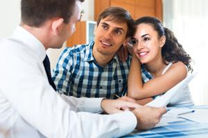 זוג צעיר לוקח משכנתא (אילוסטרציה)